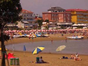 """La spiaggia di Caorle presso la """"Chiesetta"""" della Madonna dell'Angelo"""