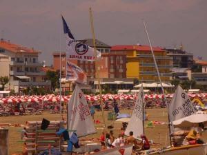 Attività in spiaggia a Caorle: scuola di vela