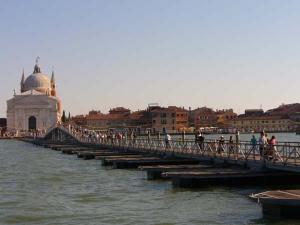Ponte su barche per raggiungere la Basilica del Redentore a piedi Venezia
