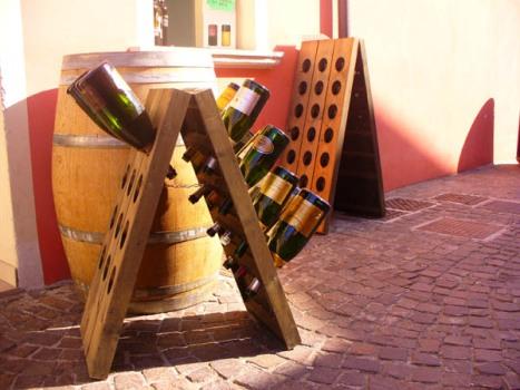 pupitres e botte piccola in vendita in enoteca a caorle, venezia